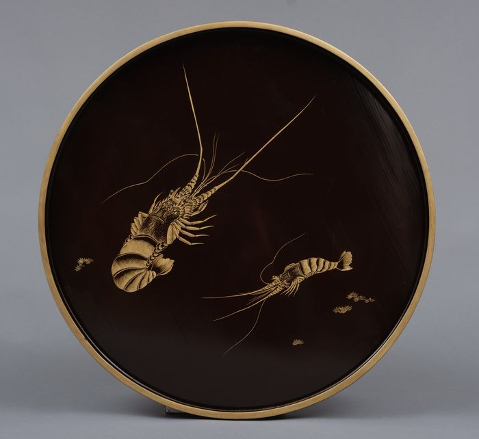 Tablett - Lackiertes Holz - Exceptional large Wajima black lacquered circular tray with nicely detailed goldleaf etched lobsters - Japan - Bakumatsu-Zeit