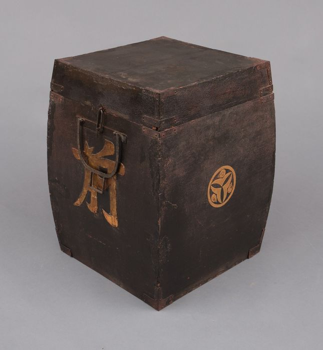 Truhe - Lackiertes Holz - Samurai - Edo period storage box with curved sides for a Japanese armor,  - Japan - Edo-Zeit (1600-1868)