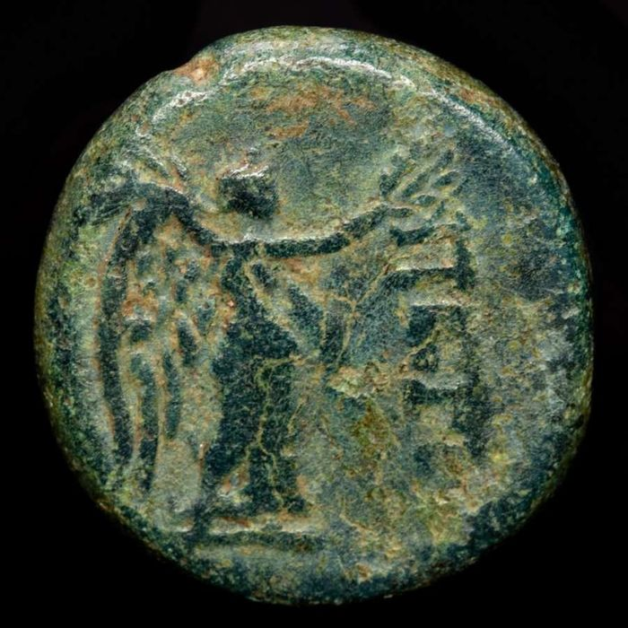 Griechenland (Antike) - Mysia, Pergamon. AE19, circa 2nd - 1st Century BC - Nike standing right, holding wreath and palm frond