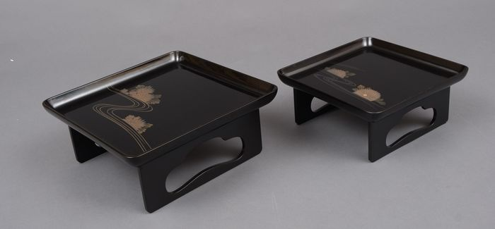Tablettset (2) - Lackiertes Holz - 2 lacquered low tables (zen), decorated and silver lacquered with kiku flowers along a winding river - Japan - Shōwa Zeit (1926-1989)