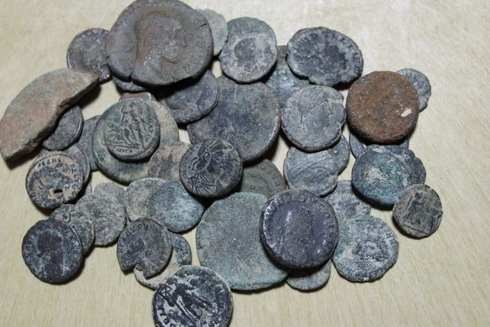 Römisches Reich - Lot comprising 60 coins. Maximianus sestertius incluited minted between I and IV centuries A.D., mostly antoninianus, follis, half follis and maiorinas - Bronze