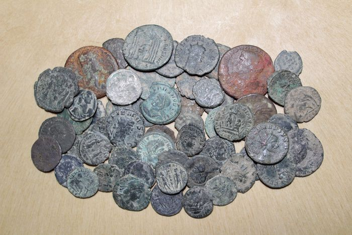 Römisches Reich - Lot comprising 55 coins. Claudius I as incluited minted between I and IV centuries A.D., mostly antoninianus, follis, half follis and maiorinas - Bronze