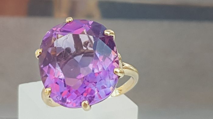 Vintage & Heavy- Cushion Cut Amethyst (10ct) - Claw Set- Excellent Condition - 9ct 375 Yellow gold - Ring - 10.00 ct Amethyst