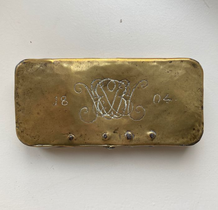 Antique tobacco box - family crest - dating: 1804 - Brass - Early 19th century