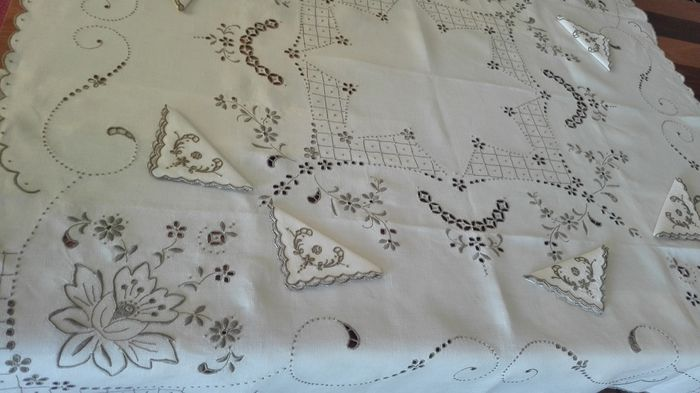 Wonderful regional towel from Madeira Island with embroidered flowers and 6 identical napkins (7) - Linen - Second half 20th century