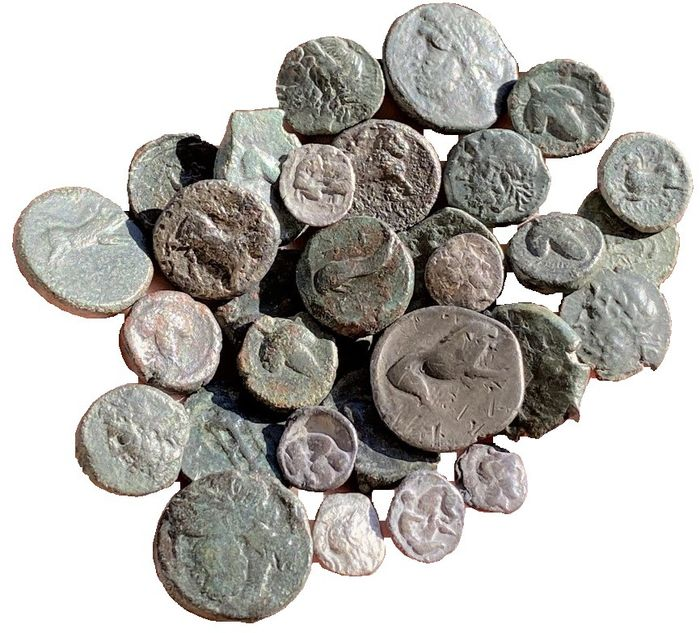 Griechenland (Antike), Italien - Magna Grecia. Lot comprising 30 coins, incl.: Nomos, Neapolis and Velia (400-275 BC) AE's, Apulia, Arpi and Salapia
