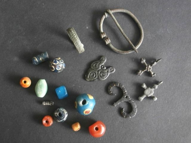 Nice lot of different Early Medieval bronze and glass Viking items (17)