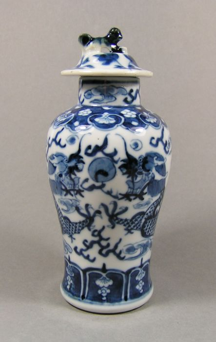 Baluster-Vase - Blau und weiß - Porzellan - Dragon - A blue and white lidded baluster vase decorated with dragons - China - Ende des 19. Jahrhunderts