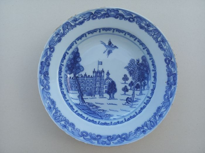 Teller - Porzellan - A RARE CHINESE EXPORT PORCELAIN BLUE AND WHITE 'BURGHLEY HOUSE' PLATE / DISH - China - Qianlong (1736-1795)