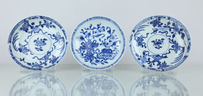 Teller (3) - Blau und weiß - Porzellan - Blumen, Schriftrollen und kostbare Objekte - 3 Kangxi saucers with a decoration of Scrolls and Precious Objects - China - Kangxi (1662-1722)