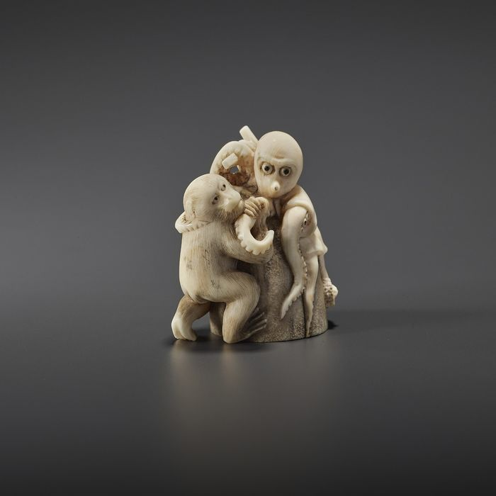 Netsuke - Ivoire - IKKOSAI - NETSUKE OF A MONKEY WITH OCTOPUS - Japon - Période Meiji (1868–1912)