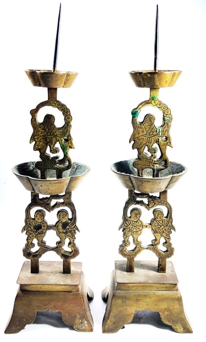 Candeliere - Bronzo - Pair of beautiful bronze metal candlesticks depicting lucky immortal Liu Haichan (劉海蟾) with attendan - Taiwan - Inizio XX secolo