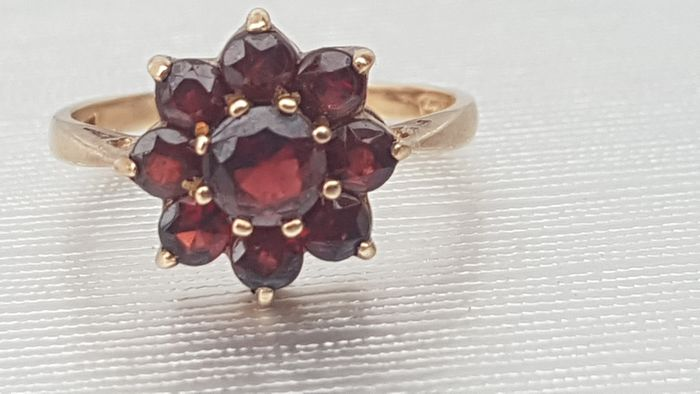 Vintage ; Garnet Floral Cluster Ring – from London 1972- excellent condition - 9ct 375-London Hallmark Yellow gold - Ring Garnet