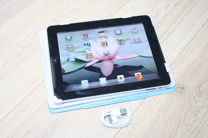 Apple iPad (WiFi & 3G, 32GB) - model A1337 - with sturdy protective cover & charge cable