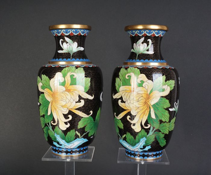 Very nice set of cloisonne vase with flower decoration (2) - Cloisonne enamel - China - Mid 20th century