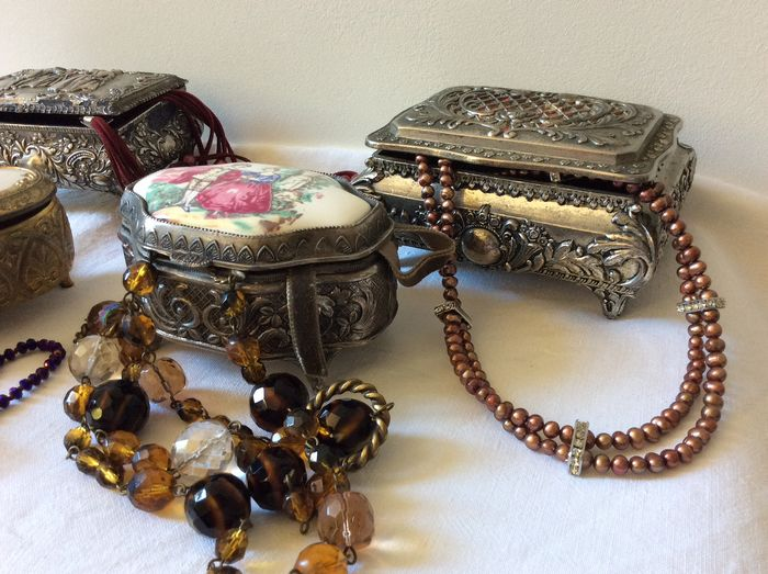4 different jewelery boxes - richly decorated in high relief - with jewelery - silver-plated and gilded metal