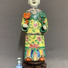 Wierookvat - Porselein - Chinese - Incense burner - Standing man with ruyi scepter and peach branch  - China - Jiaqing (1796-1820)
