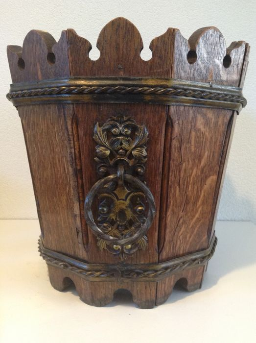 Beautiful got 10-sided planter / trash can brass fittings. (1) - Brass, Wood, Wrought iron.