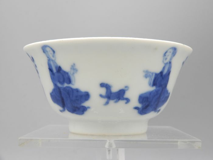 """Tasse - Porzellan - Figural cup depicting ladies playing with a dog, with unusual """"Shei""""  谁  mark  - China - Spätes Qing"""