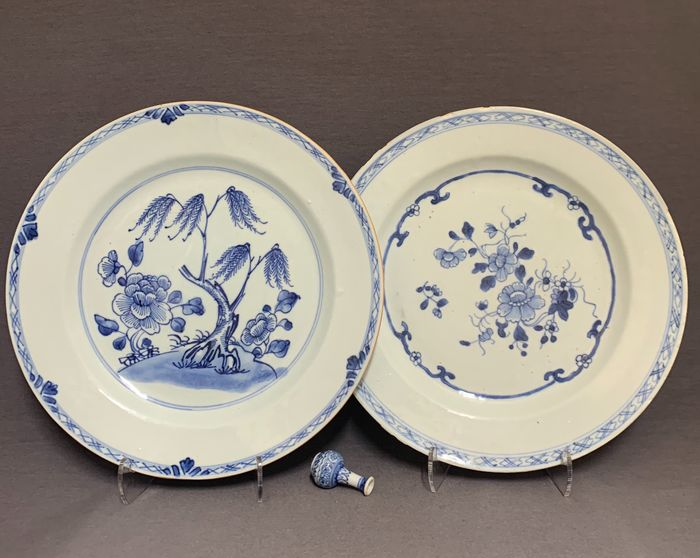 Teller (2) - Porzellan - Chinese - Blue and white florals,  weeping willow, peonies - China - Qianlong (1736-1795)