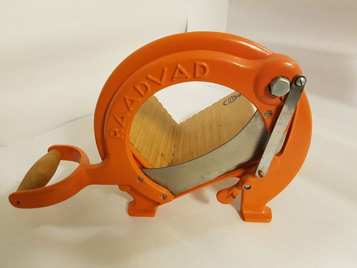 Brotschneider von Raadvad in original Orange.