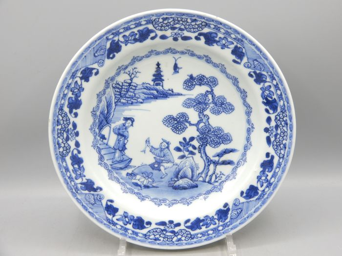Teller - Porzellan - A fine plate depicting a man offering a fish to a lady - China - 18. Jahrhundert