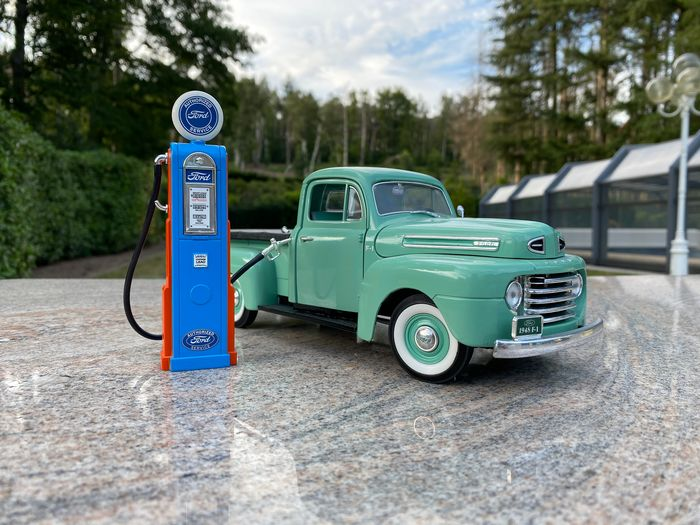 Road Signature American Legends - 1:18 - Ford Pick Up with gas pump - 1948