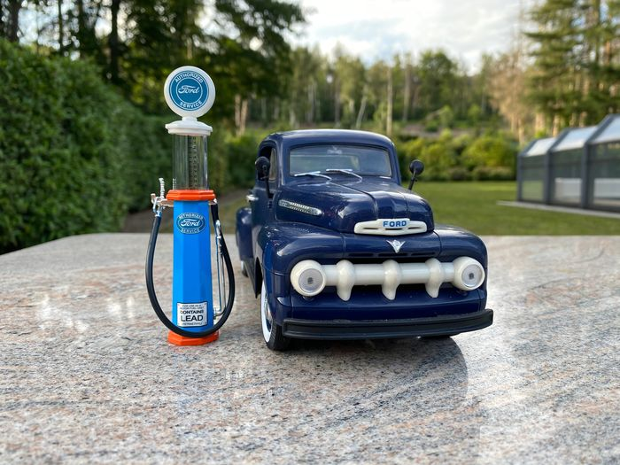 Welly Premiere Edition - 1:18 - Ford Pick Up with gas pump