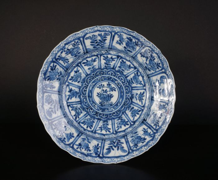blue white antique Chinese plate with flowers in leaf motifs (1) - Blue and white - Porcelain - China - Kangxi (1662-1722)