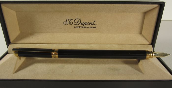 Dupont - Precious and refined black lacquered fountain pen