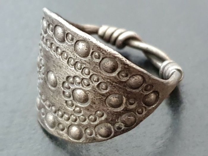 Early medieval Silver Viking Silver Ring with Punched Dot and Circle Design 9th-10th CENTURY AD - 24×20×24 mm - (1)