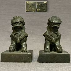 Cachet (2) - Bronze - Chinese - Pair - Guardian Lions with ball and baby lion - Four characters  - Chine - 18ème-19ème siècle