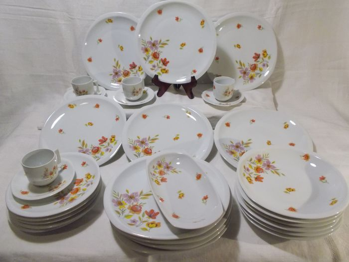 Lazeryas- Limoges - Part of the catering service: Flowered plates. (31) - Porcelain