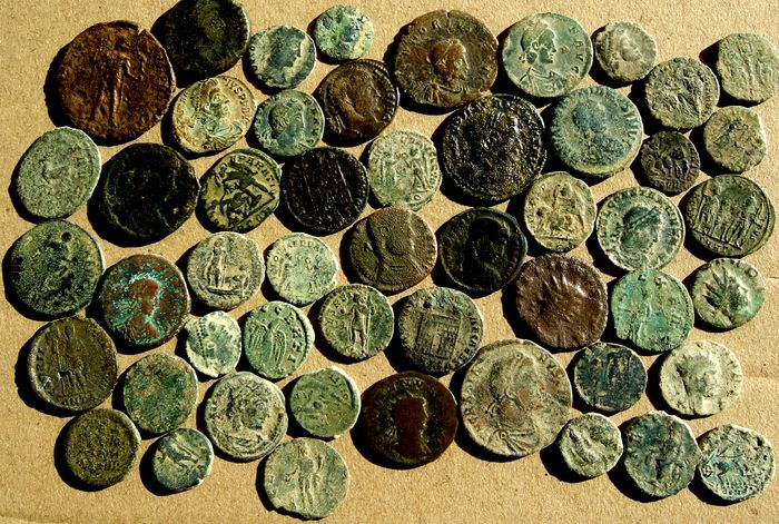 Roman Empire - Lot comprising 52 coins minted between I and IV centuries A.D., mostly follis, half follis and maiorinas - Bronze