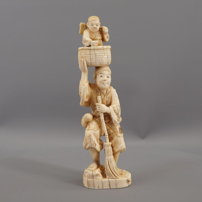 Okimono - walrus ivory - Ichi-Bun - Peasant with boy in a basket - Japan - Meiji period (1868-1912)