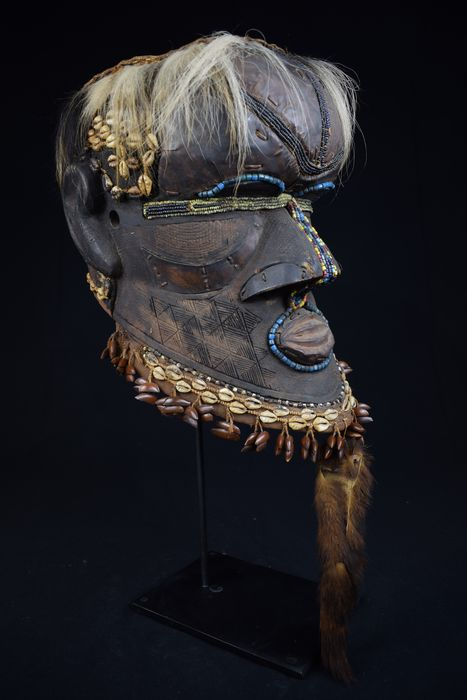 Mask - Wood, copper sheets, beads, cowries, animal hair, seed pods - An exquisite Kuba Bwoom helmet mask - Kuba - DR Congo