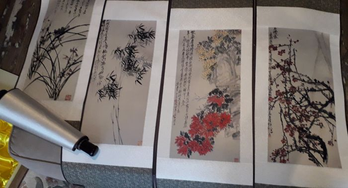 scroll painting silk - Silk - 4 seasons flowers - in style of Wu Changshuo - China - Late 20th century