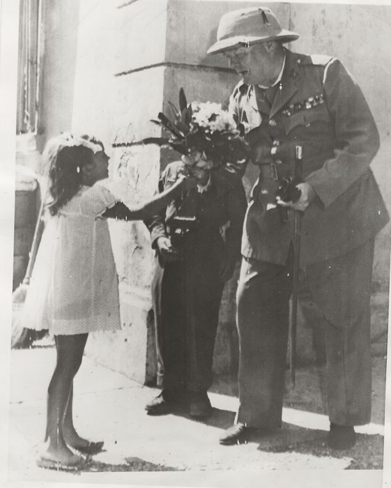 Unbekannt / Signal Corps Photo / Acme Newspictures - WWII - Flowers for Winston Churchill, 1944