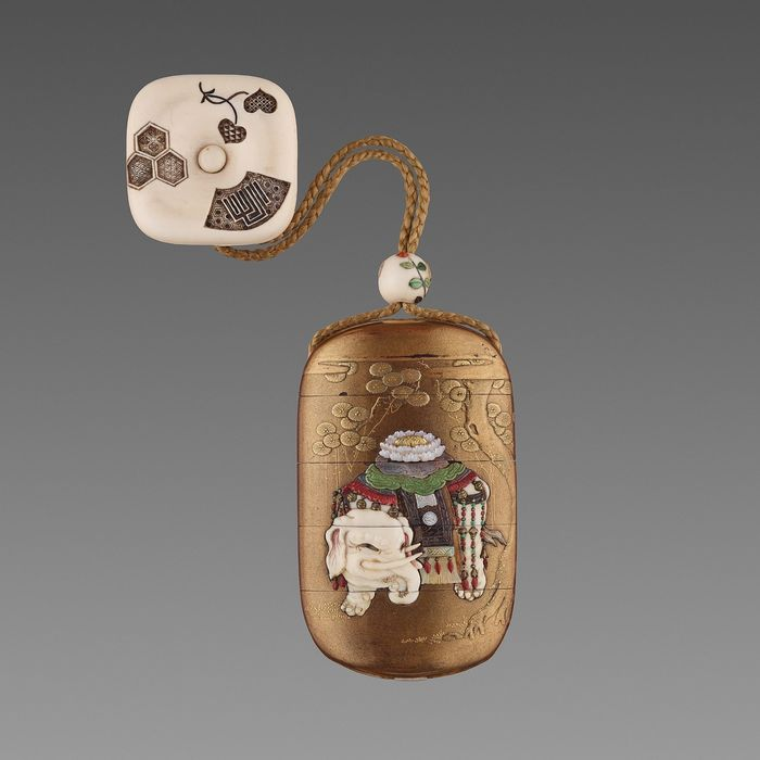 Inro (1) - Gold inlay, Lacquer - KAJIKAWA 梶川 with red pot seal  SHIBAYAMA 芝山 on an inlaid mother of pearl tablet - A FINE SHIBAYAMA INLAID GOLD LACQUER FOURCASE INRO WITH CAPARISONED ELEPHANT - Japan - Meiji period (1868-1912)