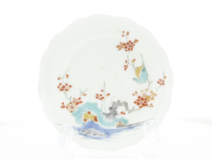 Molheira (1) - Kakiemon - Porcelana - Flor de ameixa - Kakiemon (柿右衛門) Round Saucer with Plum Blossoms (梅) - Japão - do século XVII