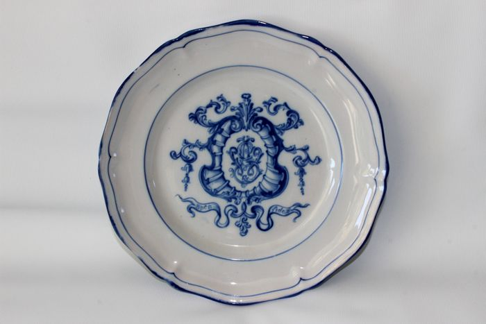 Emile Gallé - St. Clement - Fayence plate with family crest (1)