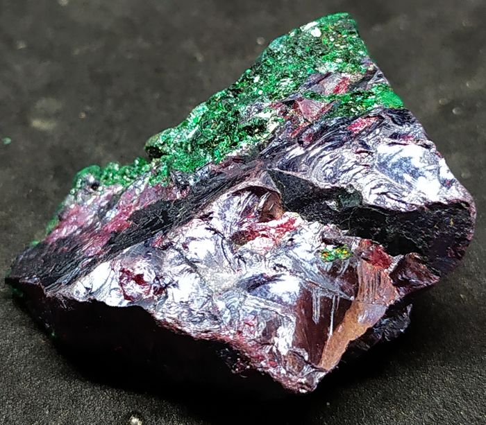 Exceptional red Cuprite crystal, with Malachite veil we go - 32×17×27 mm - 30,60 g