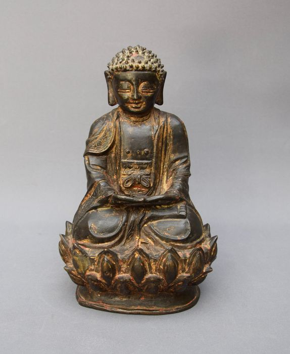 Antique Buddha sculpture 17th century, bronze with remains of old gilding - Bronze - China - Ming Dynasty (1368-1644)