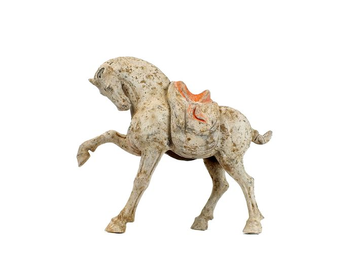 Mingqi, Un chef-d'œuvre - Terre cuite - Important Painted Pottery Prancing Horse with Separate Saddle, W- 44cm., TL test - Chine - Dynastie Tang (618–907)