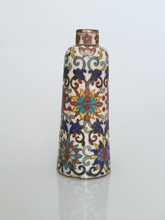 A Snuff Bottle with Peonies - Cloisonne enamel - China - 19th century