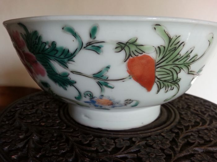Bowl - Famille rose - Porcelain - Beautiful famille rose bowl decorated with flowers & baths. - China - Qing Dynasty (1644-1911)