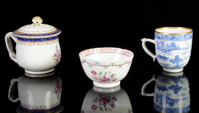 A small collection of Chinese 18th century porcelain - cups and bowl (3) - Blue and white, Famille rose - Porcelain - Flowers - China - 18th century, Qing dynasty, Qianlong period