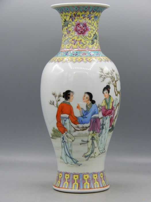 Fine baluster vase with ladies decor - Porcelain - China - Second half 20th century
