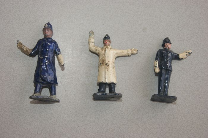 """Dinky Toys - 1:38 - PRE-War First Issue: Large """"Point Duty Policeman WALKING"""" no.42b - """"Point Duty Policeman WHITE COAT"""" - no.42c / """"Point Duty Policeman DARK BLUE COAT"""" no.42d - Lead Cast - 1936"""