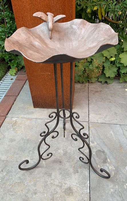 Birdbath with wavy edge on curled tripod - Iron (cast/wrought) - Recent